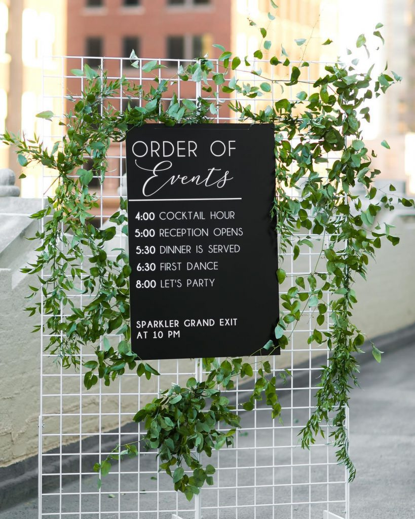 This decor design is on point!!! Looking for a way to loop in your guests on the day of? This