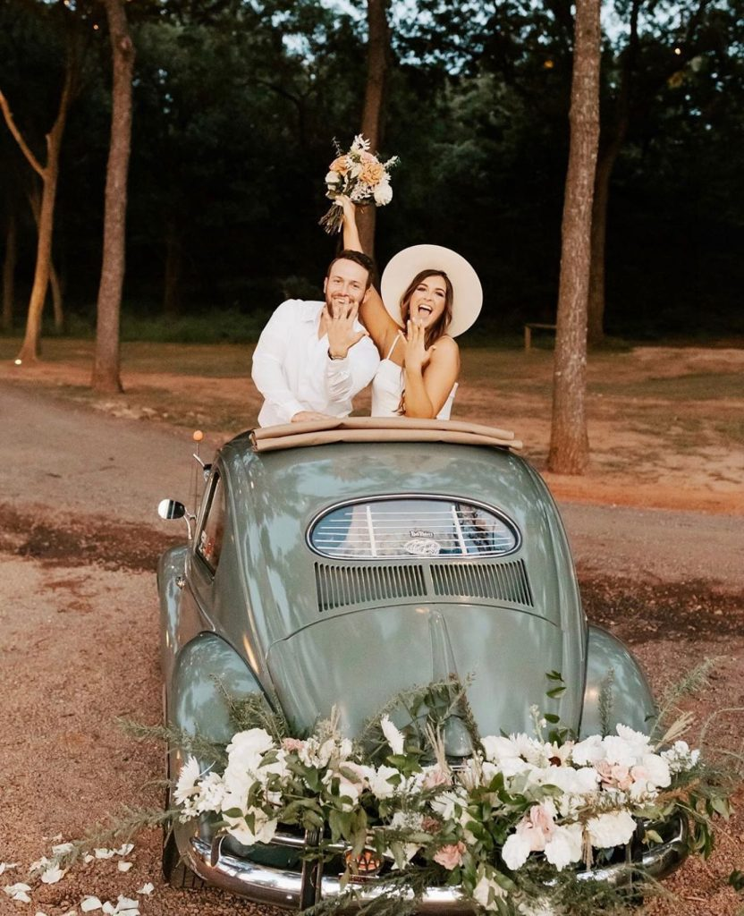 That *just married* feeling is takin over & sending chills down our spine! Today's obsession = this styled shoot at