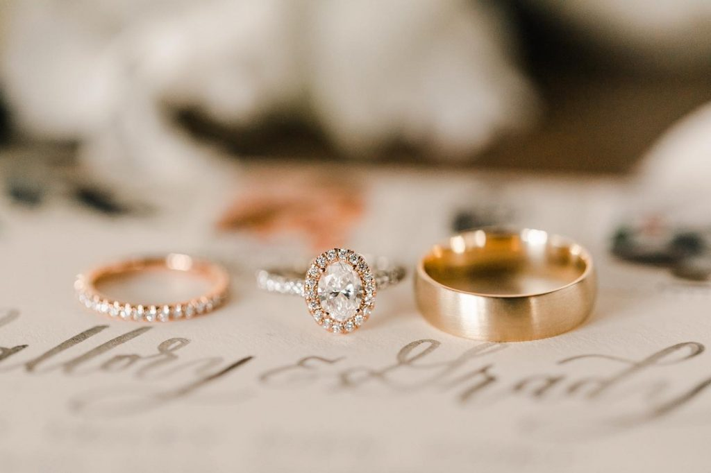 We can't take our heart eyes off this ring from naifehfinejewelry! Are you recently engaged?? Comment below! // Photo: sarahlibbyphotography⠀⠀