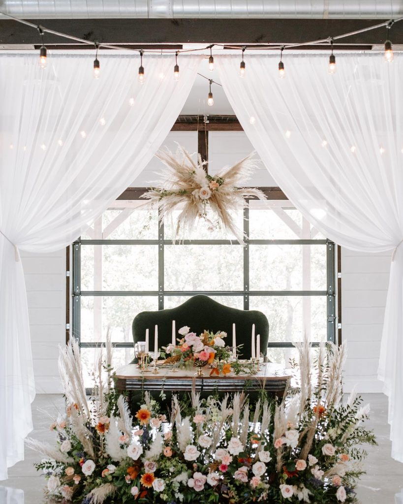 Fall in love with this organic elegance wedding inspiration and allow yourself to beinspired by the Oklahoma wilderness around the
