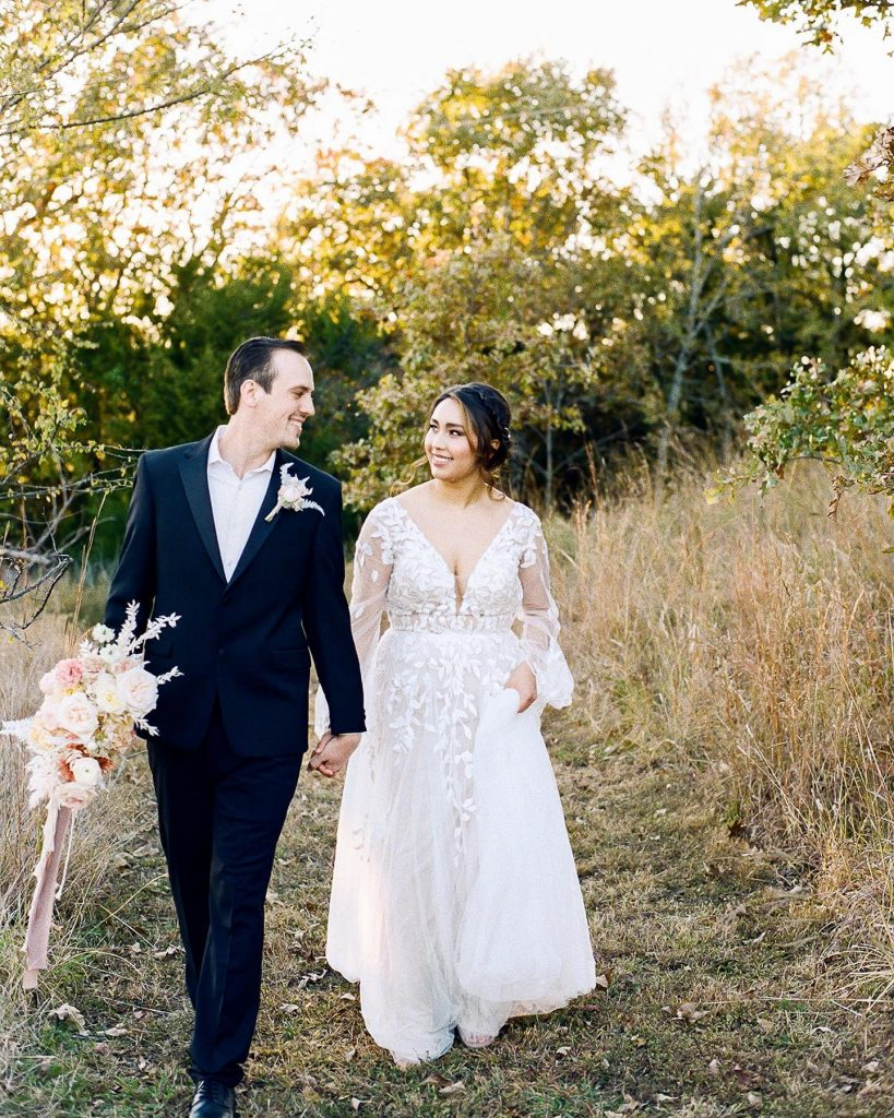 This elegant woodland wedding inspiration encapsulates all that makes an outdoor affair so attractive! ? Photographer Danielle Villemarette captures the