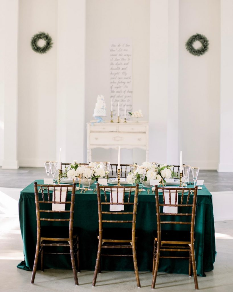Rich, Southern elegance has never looked better😍 Add a few modern touches to any wedding style for an instant theme